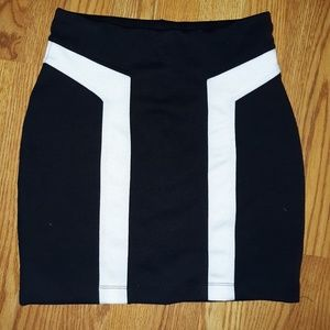 Vintage XXi Back and White Polyester Mini Skirt